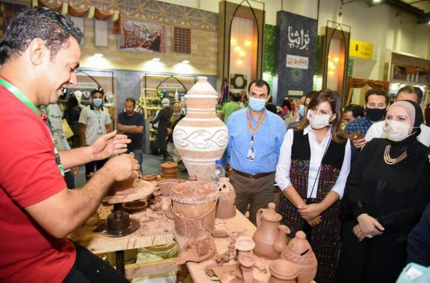 """وزيرا الهجرة والتجارة تتفقدان معرض """"تراثنا"""" للحرف والمنتجات اليدوية"""