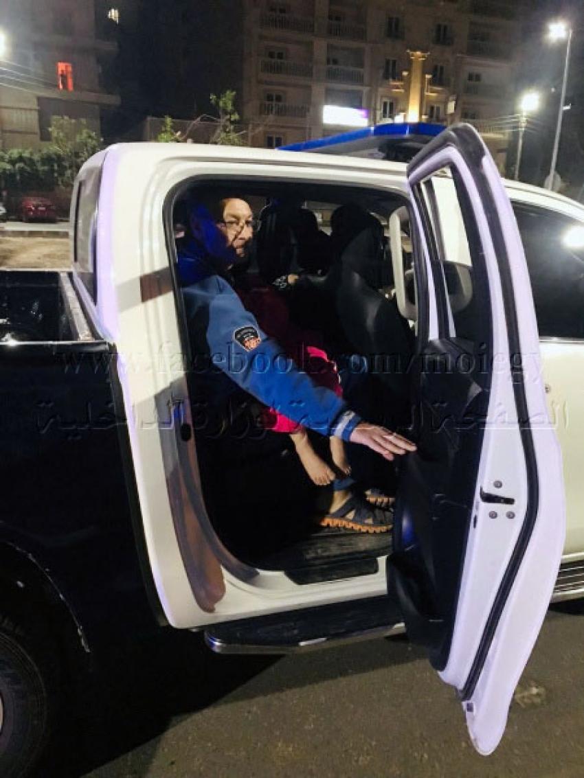 لفتات إنسانية.. أجهزة وزارة الداخلية تُقدم يد العون للمواطنين أثناء فترات الحظر