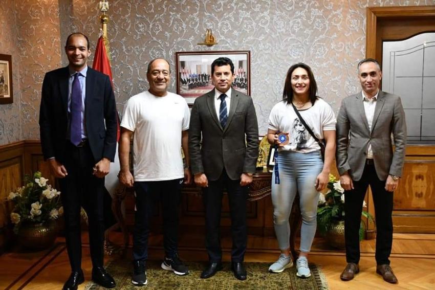 وزير الشباب والرياضة يستقبل سمر حمزة بعد حصولها على برونزية العالم للمصارعة
