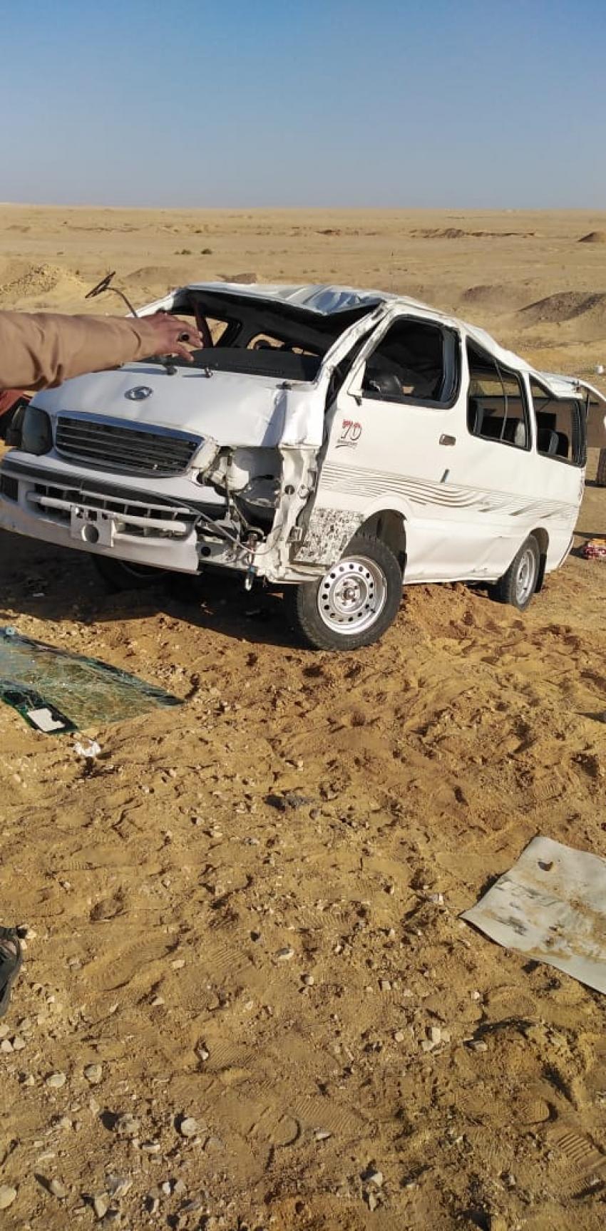 حادث مروع: مصرع 3 واصابة 10 مواطنين في حادث انقلاب سياره ميكروباص بطريق المحور- السويس