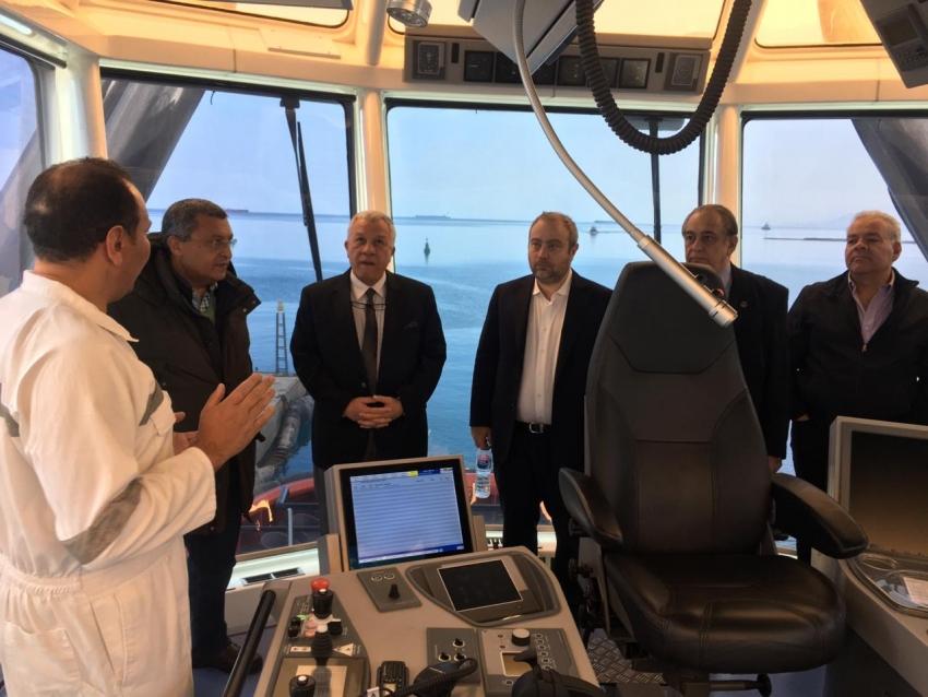 صالح يعاين مواصفات القاطرات البحرية المخصصة لمجمع البتروكيماويات بالسخنة 1
