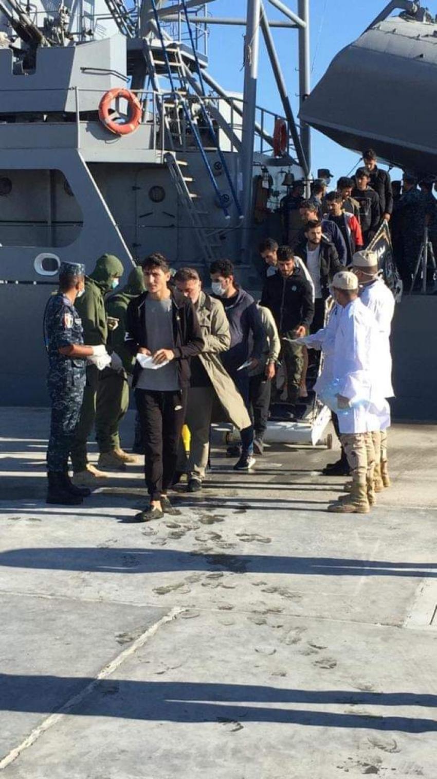 بالصور : القوات البحرية المصرية تنقذ مركب يرفع العلم التركى على متنه ٥٧ راكبا فى عمق البحر المتوسط
