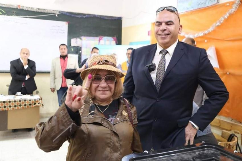 مصرية مقيمة بكندا تدلي بصوتها امام لجان مدرسة محمد حافظ بالسويس