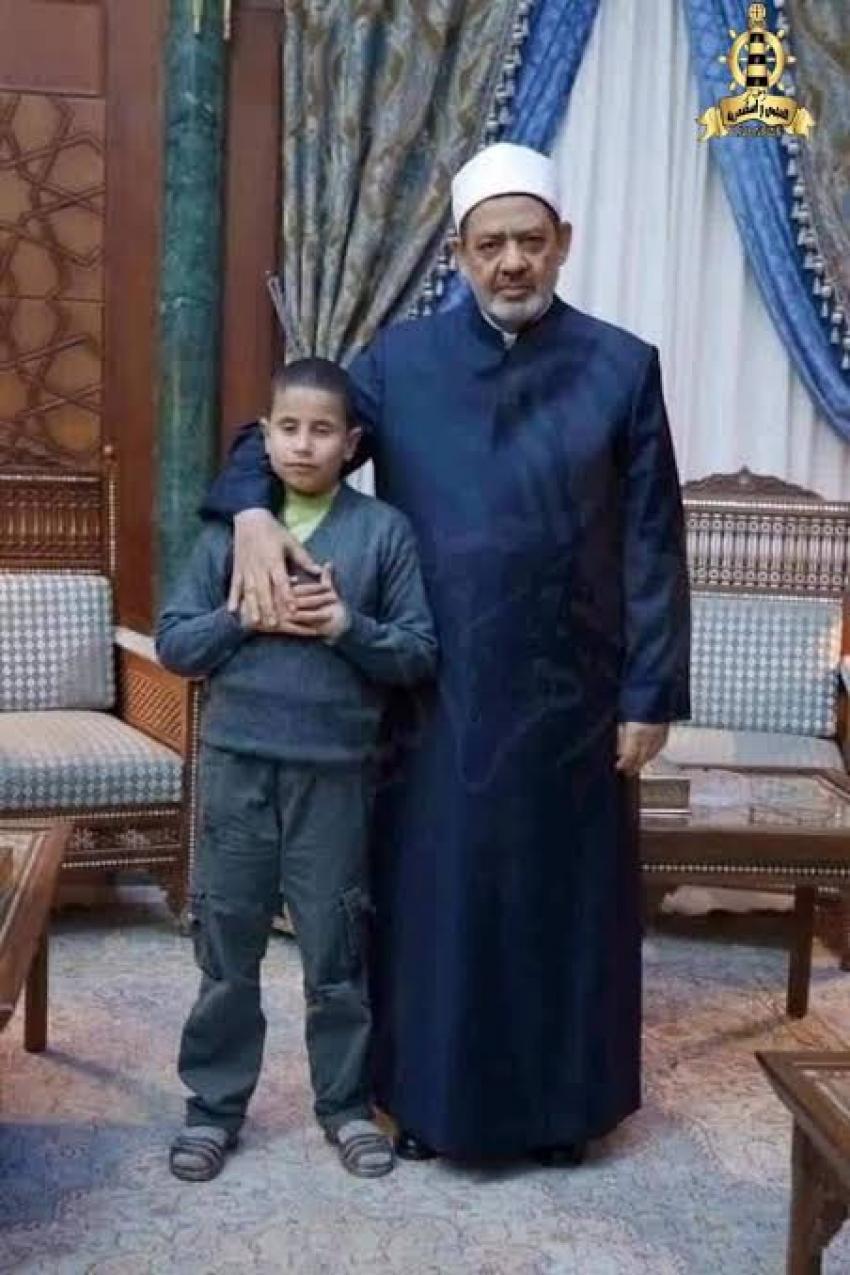 """الطفل المعجزة .. """"عبدالله عمار"""" كفيف البصر وحفظ القرآن الكريم بثلاث لغات"""