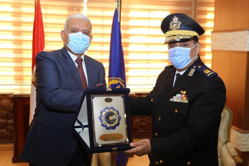 بالصور :محافظ السويس يهنئ القيادات الامنية بمناسبة عيد الشرطة الـ 69