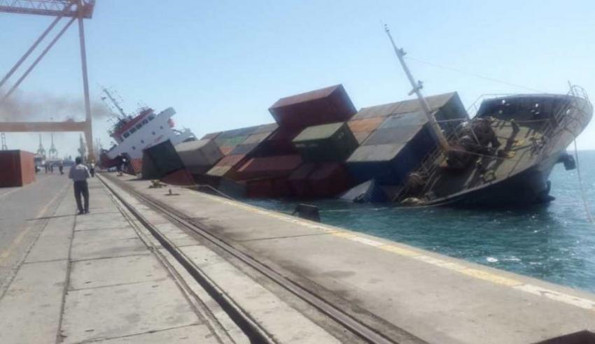 انقلاب سفينة شحن إيرانية في مياه الخليج