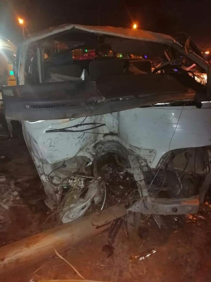 صورة اليوم .. انقلاب سيارة ميكروباص واصابة 11 شخص امام الصناعات الميكانيكية بالسويس