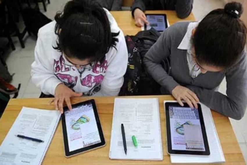طلاب الصف الأول الثانوي يؤدون امتحان اللغة الأجنبية الثانية بنظام «الكتاب المفتوح
