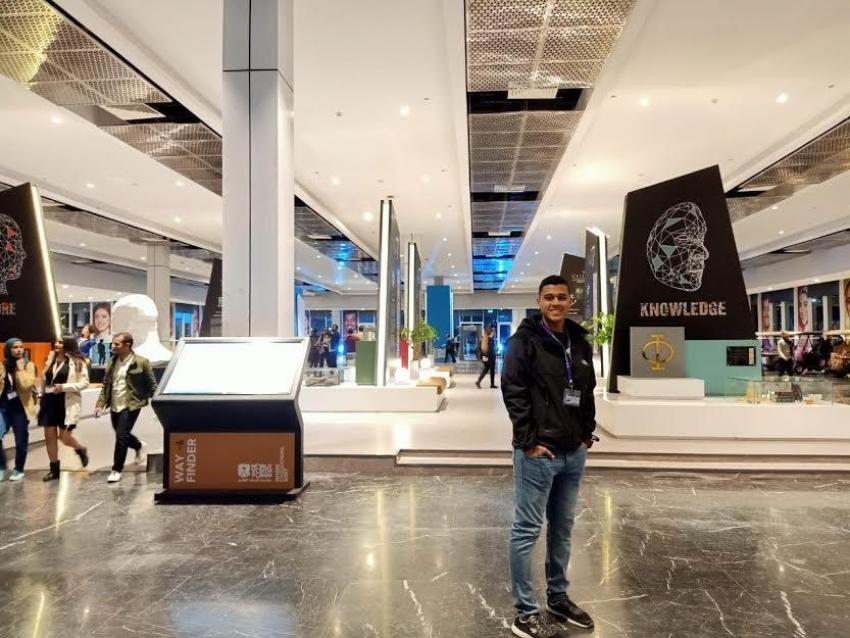 """طالب من الصناعات المتقدمة بالسويس يشارك بمنتدى شباب العالم.. """"عمر"""" يخترع """"قفاز"""" يترجم لغة الإشارة"""