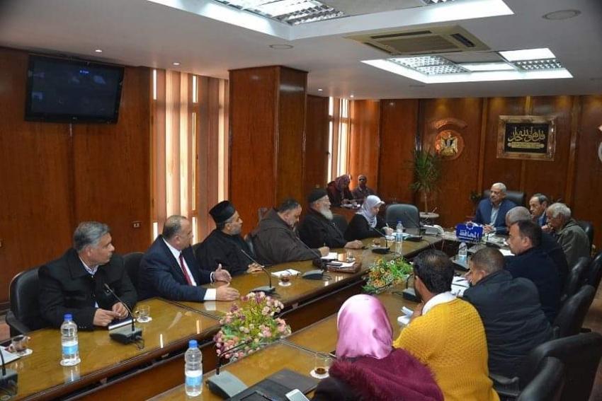 محافظ السويس يلتقي أعضاء لجنة توفيق أوضاع الكنائس