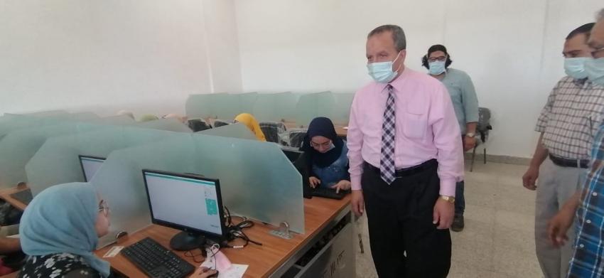 رئيس جامعة السويس يتفقد امتحانات كلية الطب بمركز الاختبارات الالكترونية
