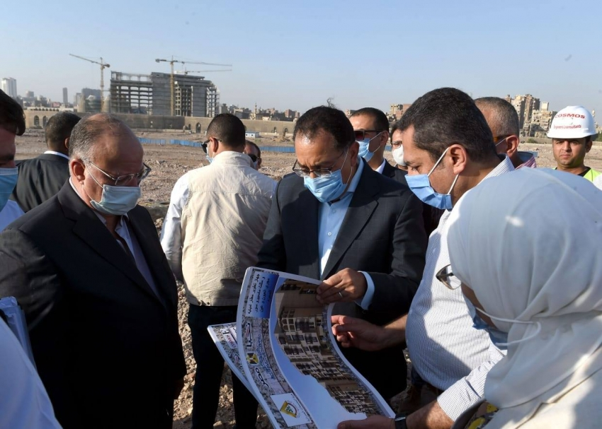 رئيس الوزراء يتفقد أعمال مشروع تطوير سور مجرى العيون