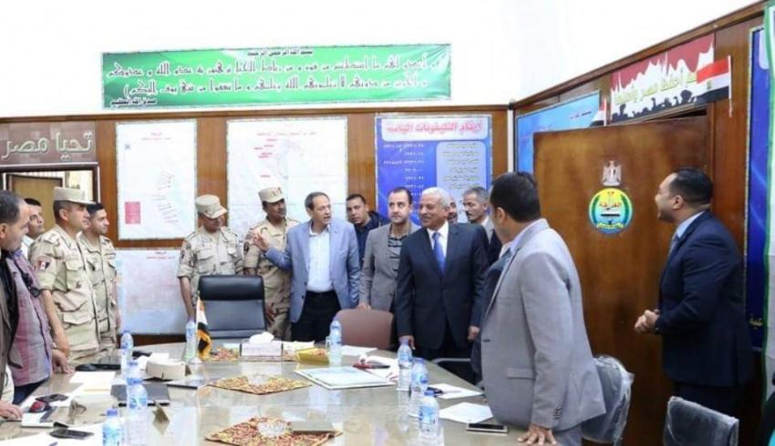 صقر يتابع عمل غرفة عمليات محافظة السويس   ....