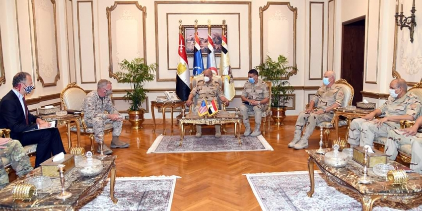 القائد العام للقوات المسلحة وزير الدفاع والإنتاج الحربى يلتقى قائد القيادة المركزية الأمريكية