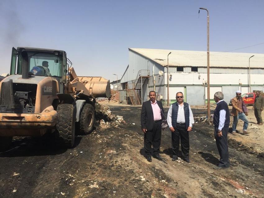 استمرار العمل لرفع اطنان القمامة والمخلفات من سوق المثلث بالسويس