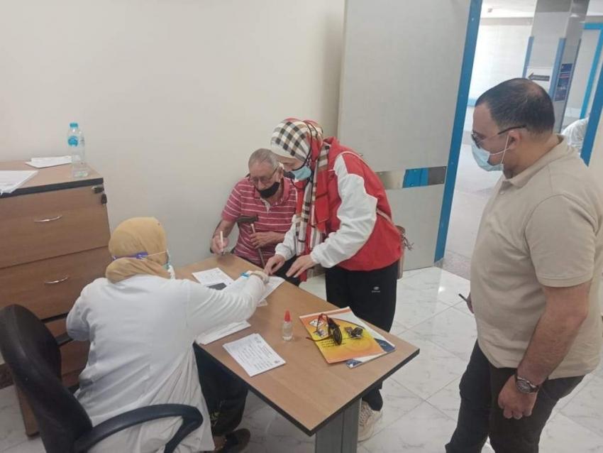 بالصور الحفناوى يتابع سير العمل بمركز مبارك للمصل واللقاح ويستمع  لاراء المواطنين عن الخدمات المقدمة