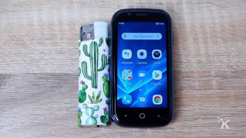 بحجم ولاعة.. طرح أصغر هاتف ذكي بنظام أندرويد 10
