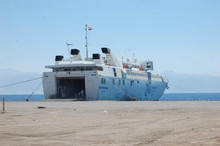 تداول 464 شاحنة و43 سيارة بموانئ البحر الاحمر
