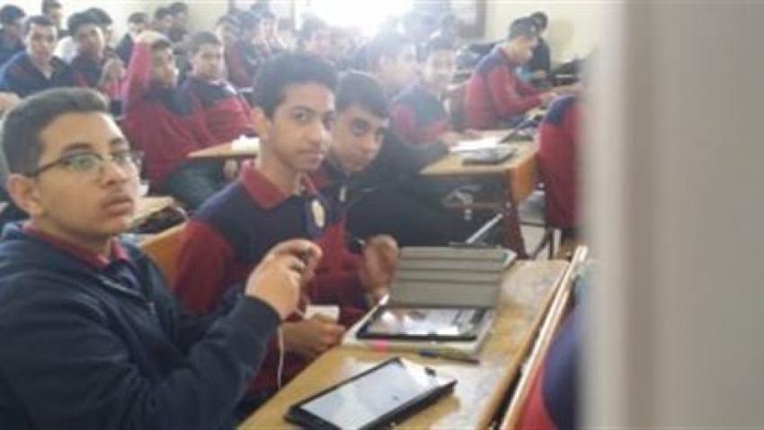 طلاب الصف الأول الثانوي يبدأون امتحان الجغرافيا