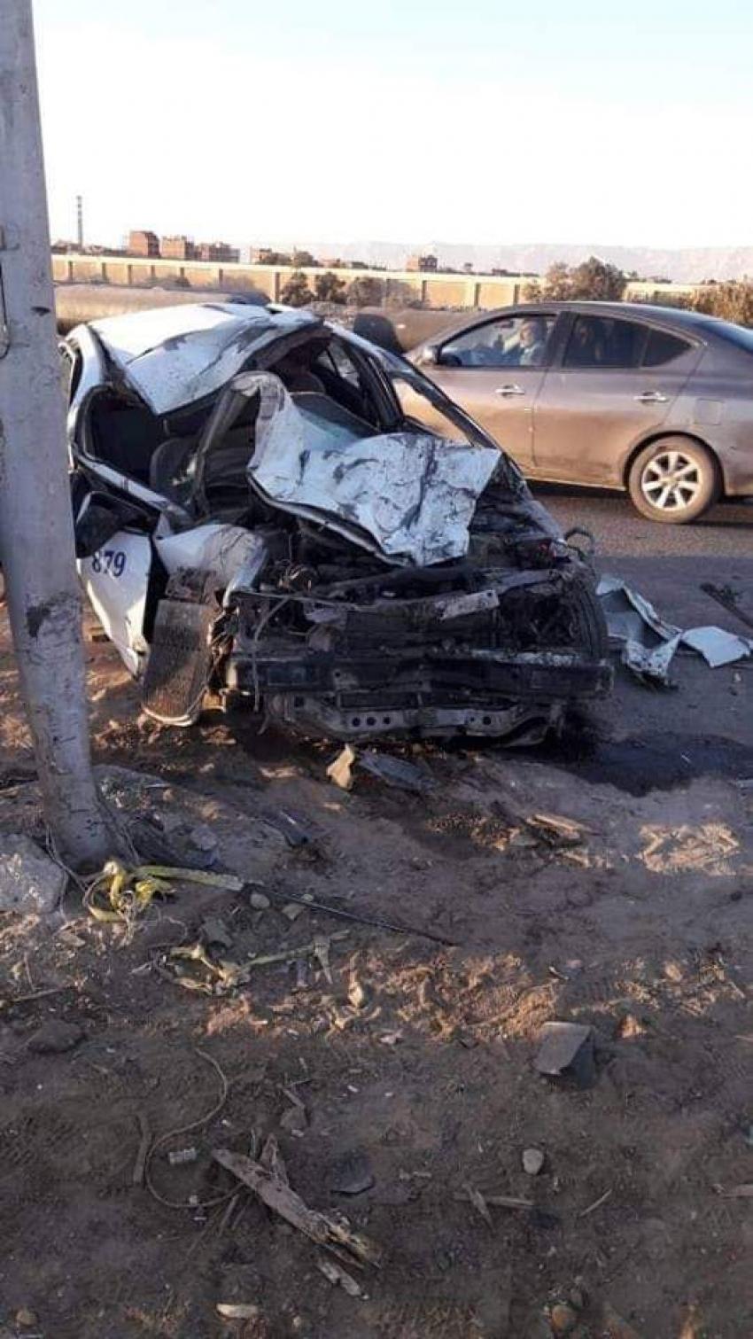 صور..مصرع سائق  واصابة مواطن في تصادم سيارة تاكسي مع عربة كارو امام مدينة الزهراء بالسويس